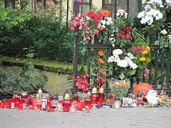 Na místě tragické nehody v Heřmanově Městci nosí lidé květiny a svíčky.