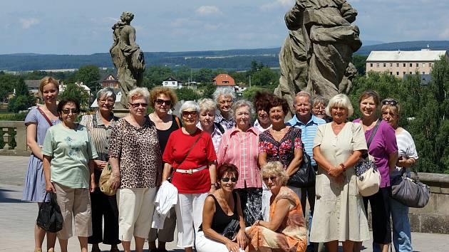 Výlet za památkami nabídla Chrudimská beseda místním seniorům jako alternativu k nechvalně proslulým předváděcím akcím.
