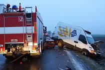 Hasiči při příjezdu k hromadné kolizi mezi Chrudimí a Pardubicemi nezvládli na náledí dobrzdit a narazili do havarovaného osobního vozidla.