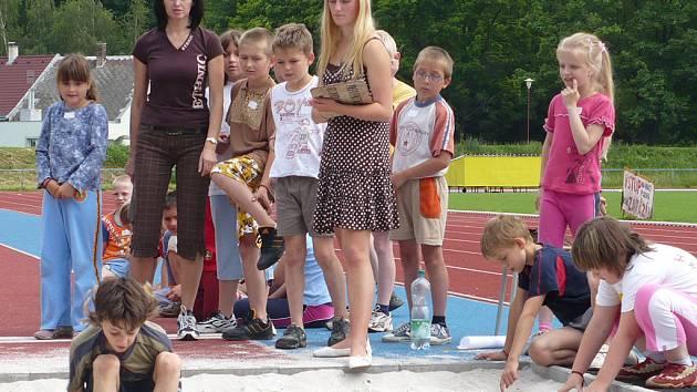Při olympijském klání na Letním stadionu v Chrudimi, který pořádala Základní škola U Stadionu, se soutěžilo v lehké atletice.
