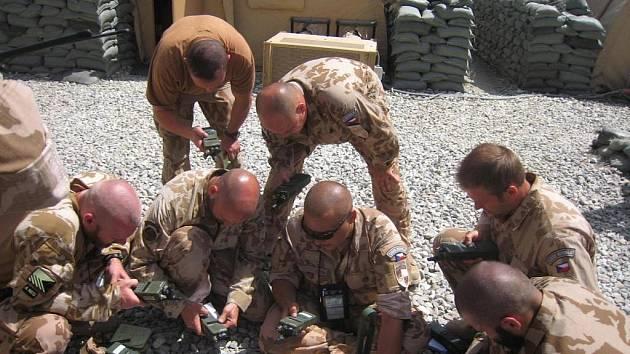 ČESKÁ JEDNOTKA OMLT, která před týdnem (6.9.) odletěla do Afghánistánu, se z kábulského letiště přesunula do prostoru výcvikového centra Afghánské národní armády - CFC, kde zahájila poslední fázi vlastní přípravy.