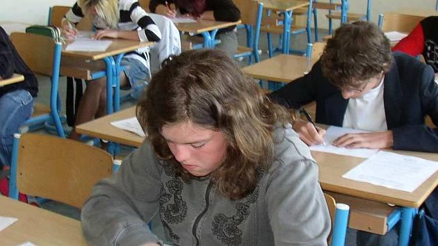 Žáci píší přijímací testy.