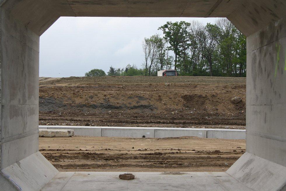 Snímky jsou ze stavby v okolí Uherska na Pardubicku, kde vzniká estakáda přes železniční koridor.