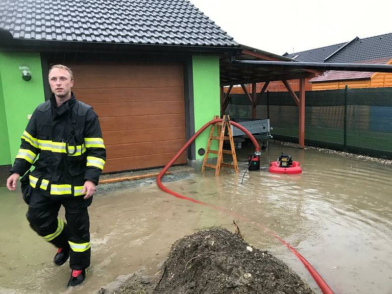 Velká voda zatopila několik obcí na Chrudimsku, nutná byla i evakuace obyvatel ve vesnicích.