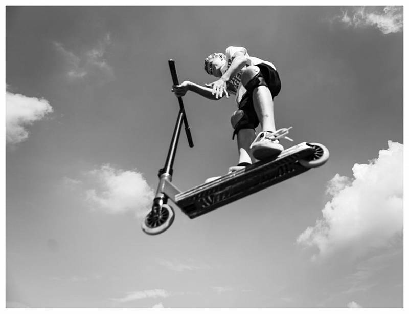 V novém chrudimském skateparku je stále živo. Černobílou hru stínů zachytil fotograf Jan Kočičák Kočí.