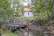 Na zničený mostek u Červené kapličky dojde o něco později.