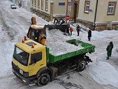 Úklid sněhu v Komenského ulici v Hlinsku.