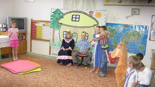 Po vítání občánků na základní škole ve Stolanech si zdejší děti připravily pro rodiče pásmo říkanek a pohádek.