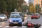 Motocyklista se na křižovatce v ulici Obce Ležáků v Chrudimi srazil s Wolksvagenem.