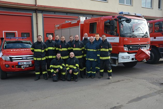 Profesionální chrudimští hasiči se zapojili do kampaně Movember.