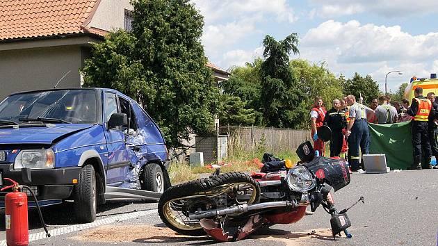 Mezi Chrudimí a Slatiňany došlo k tragické dopravní nehodě. Motorkář zemřel