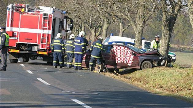 """SMRŤÁK. Tragická nehoda na """"téčku"""" nad Vápenným Podolem. Řidič napálil renault do stromu."""