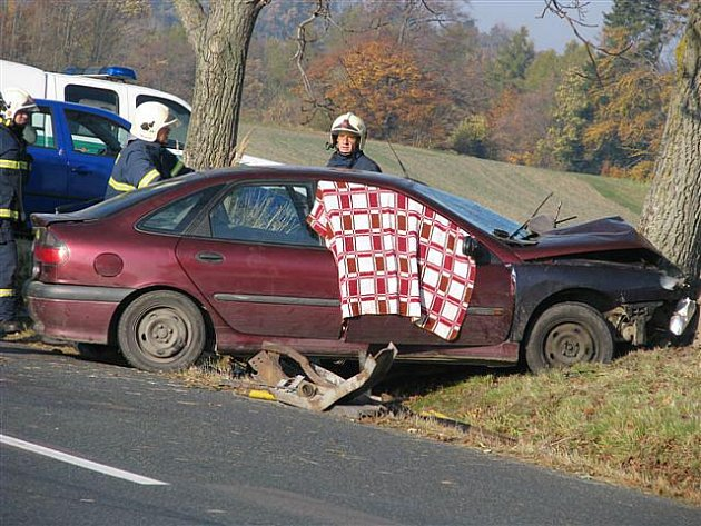 """V sobotu došlo k dopravní nehodě na křižovatce ve tvaru """"T"""" u Vápenného Podola. 19letý řidič napálil auto do stromu na protější straně silnice. Je mrtvý, jeho dva spolujezdci byli zranění."""