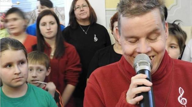Věra Gumanová s mikrofonem