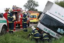Řidič nákladního vozidla sjel do příkopu.