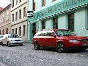 Tradiční předvánoční koncert pěveckých sborů Signumu a Slavoj  před budovou hlinecké radnice na Podebradově náměstí.