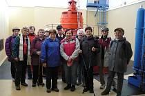 Turisté ze Slatiňan navštívili vodní elektrárnu v Předměřicích.