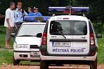 Hasiči odklízeli mrtvé kachny z parku Střelnice.