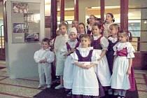 Výstava fotografií Svidník a folklorní slavnosti Elišky Hladíkové a Petra Berana ve vestibulu Divadla Karla Pippicha.