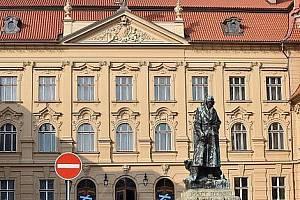 Chrudimská beseda sídlí v budově Muzea. Ve stejném objektu je i Velký sál, v němž probíhají taneční kurzy.