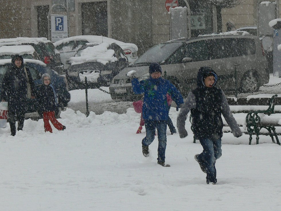 Čerstvý sníh pobavil hlavně děti.