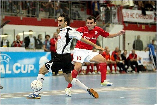 Dentinho z Era-Packu Chrudim (v červeném) při jednom soubojů s Iberií Tbilisi v rámci UEFA Futsal Cupu.