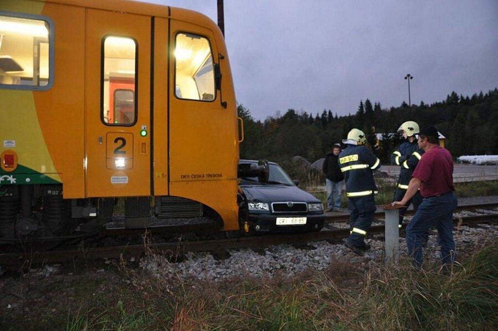 Při střetu motorového vlaku s osobním vozem Škoda Felicia na železničním přejezdu v Čachnově u Krouny dne 7. října v 6:04 neby naštěstí nikdo zraněn.