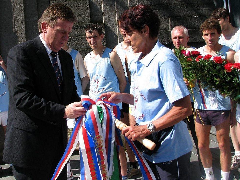 Poklonit se památce nejn obětí ležácké tragédie přišli na pietní akt do památníku desítky lidí.