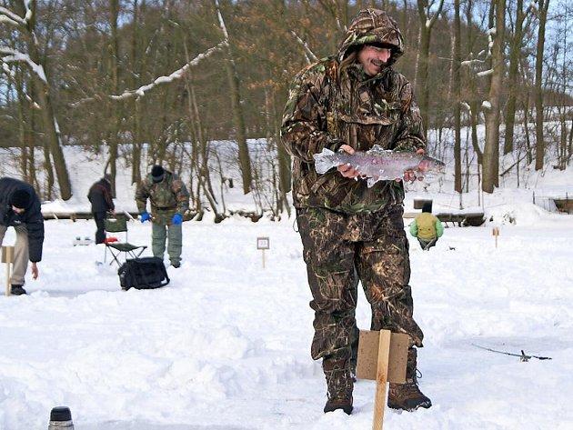 4. Rybářské závody v lovu na dírkách na rybmíku Bačalský mlýn.