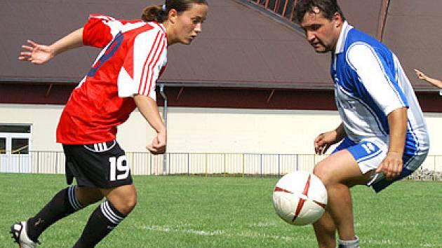 V exhibičním utkání sešívané fotbalistky porazily starou gardu Jiskry Skuteč 4:2.