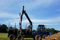 Muž se zamotal s traktorem do drátů vysokého napětí