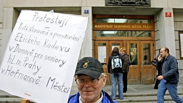 Alojz Janiga, senior žijící v heřmanoměsteckém domově důchodců hl. města Prahy, se vydal do metropole ukázat Pražanům svůj seznam prohřešků, kterých se údajně mají dopouštět zaměstnanci vůči starým lidem.