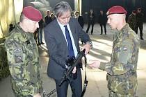 Ministr Stropnický navštívil výsadkový prapor