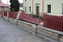 Vandal poškodil plot u Domova pro seniory v Heřmanově Městci.
