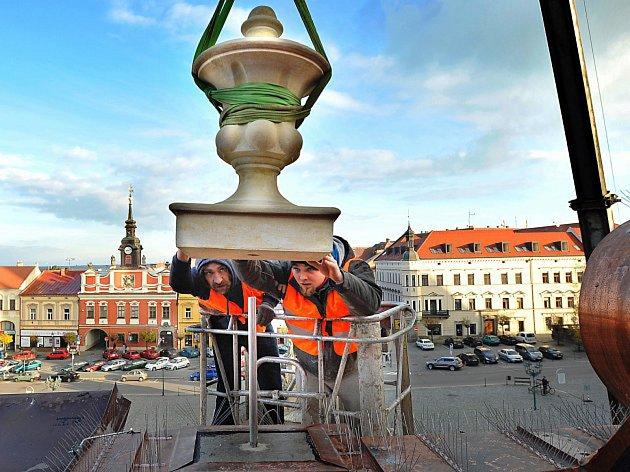 NA STŘEŠE radnice přibyly po rekonstrukci repliky historických váz.