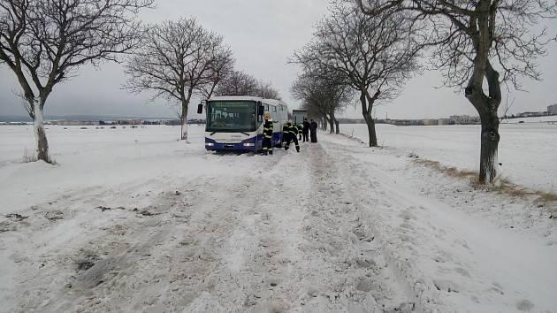 Hasiči z Chrudimi a Hrochova Týnce zprůjezdnili silnice I/17 u Kočí