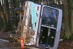 U Bukoviny havaroval autobus. Osm lidí bylo zraněno.