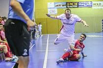 Smutný hrdina. Tomáš Koudelka (v bílém) dřel a bojoval jako vždy, potom však zahodil rozhodující penaltu.