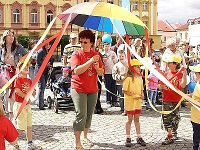 Děti z MŠ Dr. Malíka tančí při Dnu s Deníkem.