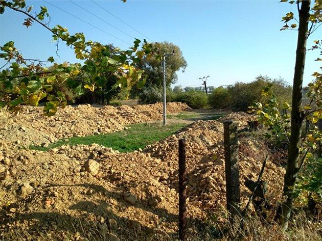 Odpadní zemina nelegálně uložená společností Telmont vobci Kočí na Chrudimsku.