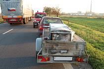 Lednice vzplála od nedopalku přímo na silnici za jízdy.