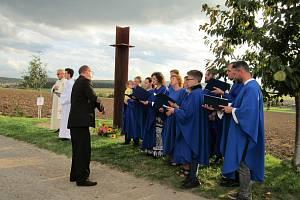 Zpěv, vůně koláčků i společná modlitba provázely vysvěcení kapličky vSobětuchách.