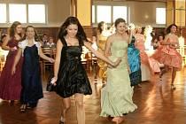 Kurzy tance a společenského chování v chrastecké sokolovně.