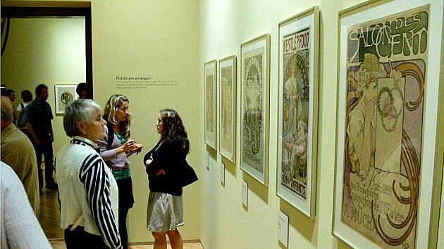 Z vernisáže výstavy plakátů Alfonse Muchy.