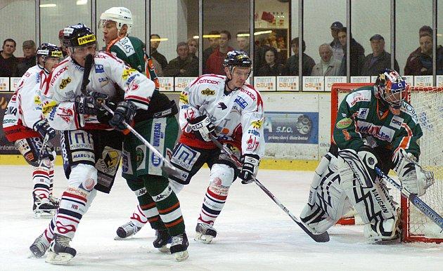 Chrudimští hokejisté porazili v dalším utkání I. hokejové ligy Most po tuhé bitvě 2:1.Chrudimští hokejisté porazili v dalším utkání I. hokejové ligy Most po tuhé bitvě 2:1.