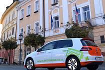 Elektromobil před chrudimskou radnicí