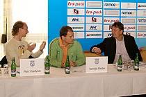 Na tiskové konferenci zleva reprezentanti Petr Vladyka a Tomáš Meller spolu s ředitelem turnaje Lubošem Kubíkem.