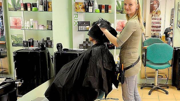 Každá žena investuje do své krásy. Snímek z jednoho chrudimského kadeřnictví.