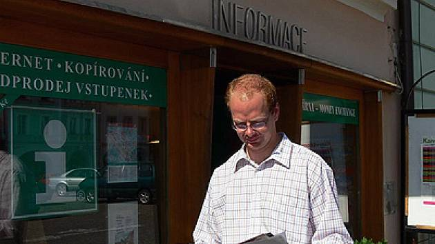 Roman Málek před informačním centrem v Litomyšli.