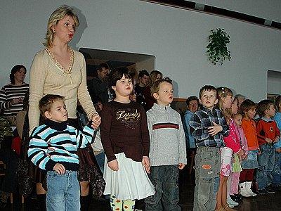 Setkání důchodců v Miřeticích zpetřily místní děti předem nacvičeným pásmem.